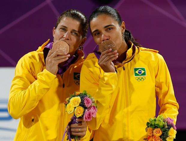 Juliana e Larissa medalaha bronze vôlei de praia Olimpíadas 2012 (Foto: Reuters)