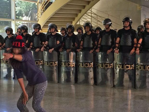 Estudante fica de costas para policiais militares dentro da sede do Centro Paula Souza, em São Paulo (Foto: Vivian Reis/G1)