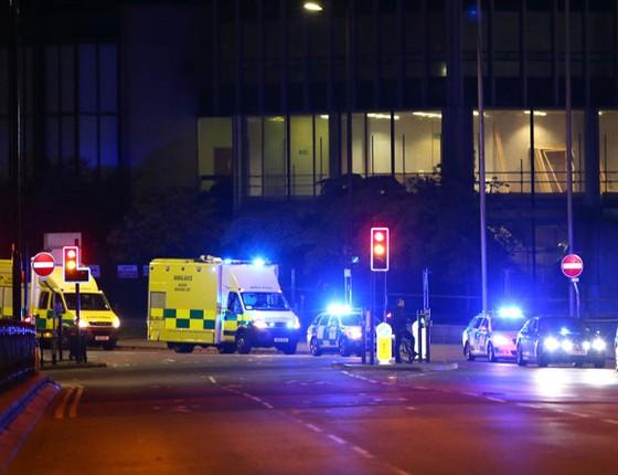 Movimentação de ambulâncias e viaturas policiais após explosão na saída do show de Ariana Grande, em Manchester, na Inglaterra (Foto: Dave Thompson / Stringer/GettyImages)