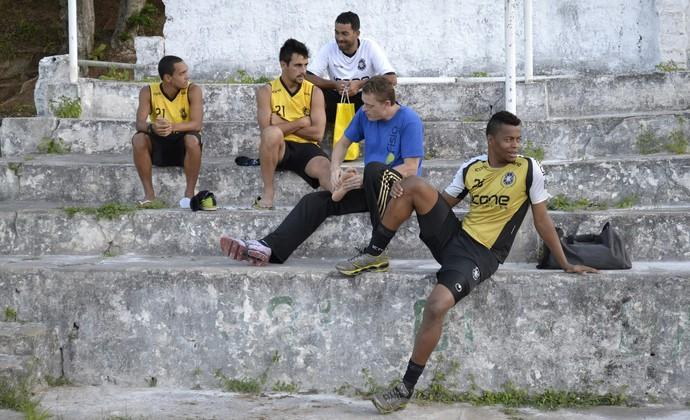 Goleiro Paulo Vitor acompanhado de outros jogadores do Rio Branco e do fisioterapeuta Leonardo do Carmo (Foto: Sidney Magno Novo/GloboEsporte.com)