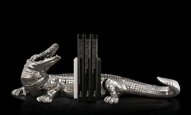 Suporte para livros Crocodilo, em cerâmica e porcelana pintadas complatina, criado nos anos 1970 pela empresa Ronzan (Foto: divulgação)