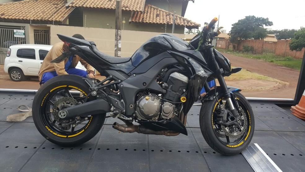 Motocicleta apreendida em um dos imóveis alugados pelos suspeitos (Foto: PF/ Divulgação)