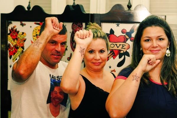 Mãe de Nasser e casal de tios fizeram tatuagem com letra 'N'  (Foto: Arquivo Pessoal)