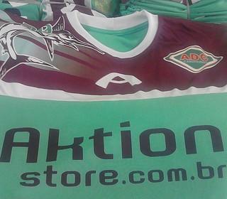 Aktion divulga uma camisa que fará parte do vestuário da Cabofriense em 2014 (Foto: Divulgação)