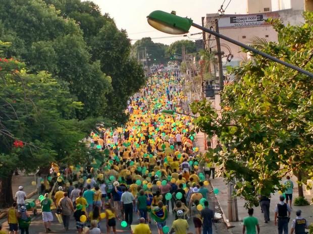 Manifestantes seguem em passeata pela Avenida Getúlio Vargas, em Cuiabá (Foto: Lislaine dos Anjos/ G1)