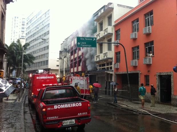 Incêndio atinge imóvel no Centro do Rio na manhã desta quarta-feira (26). (Foto: Matheus Giffoni/ G1)