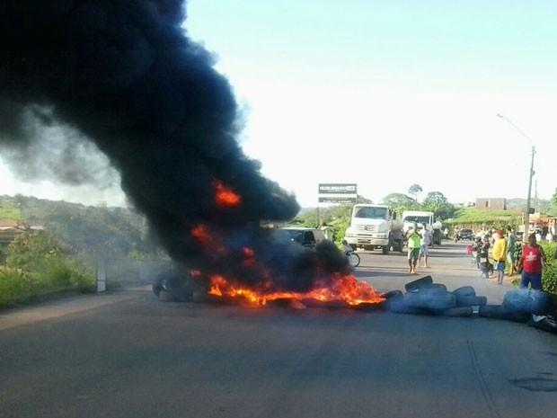 Manifestantes queimaram pneus na frente da Cohab. Bloqueio começou às 7h e durou mais de uma hora (Foto: Eduardo Melo / WhatsApp)