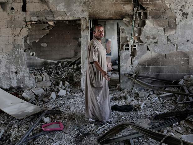 Homem observa sua casa destruída após bombardeio israelense no norte da Faixa de Gaza no dia 5 de agosto (Foto: AP Photo/Adel Hana)