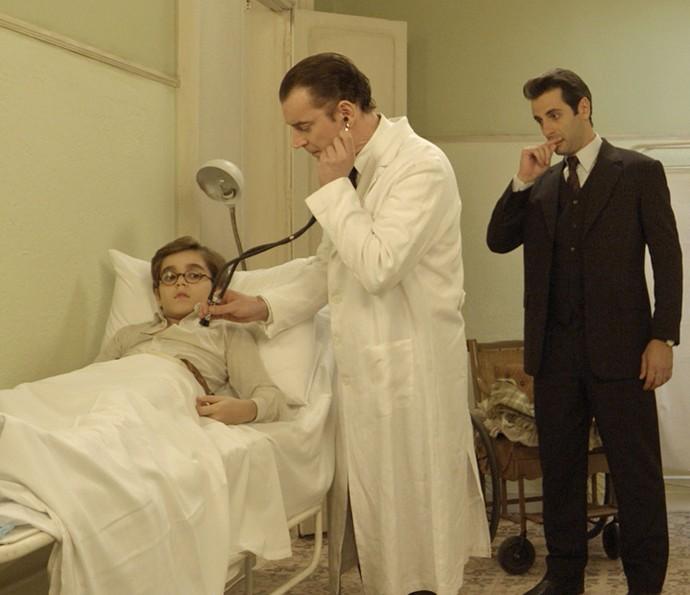 Médico examina Claudinho (Foto: TV Globo)