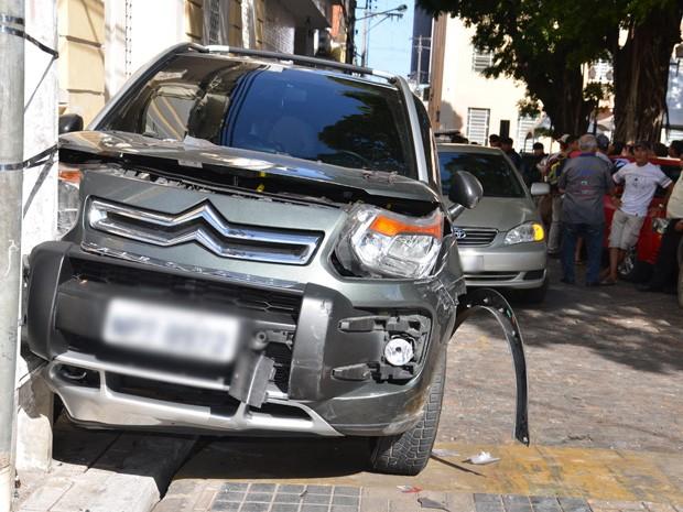 Assaltante colidiu em dois carros e em um poste após ser perseguido pela polícia (Foto: Walter Paparazzo/G1)