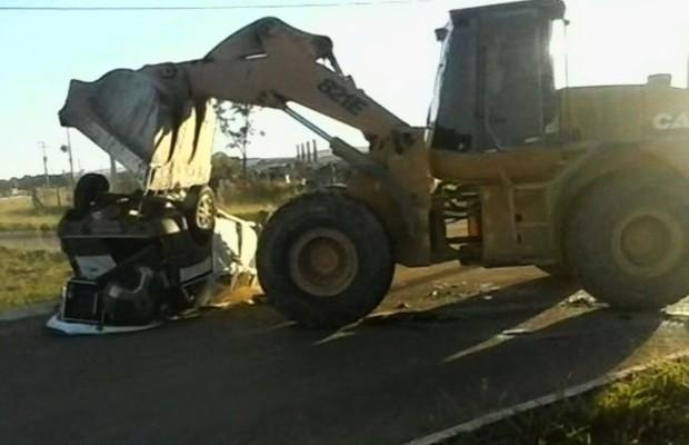 Trator arrastou e esmagou o carro de som em Catalão, Goiás (Foto: Reprodução/TV Anhanguera)