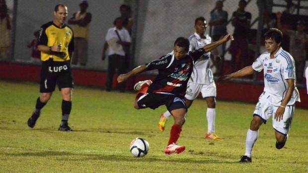 Baixinho Bibi cresceu no jogo e ajudou time na vitória (Foto: João Áquila/GLOBOESPORTE.COM)