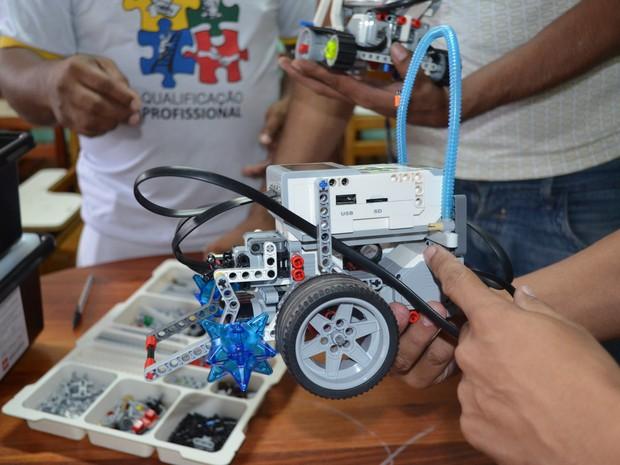 Internos desenvolveram protótipos em oficina de robótica (Foto: Cassio Albuquerque/G1)