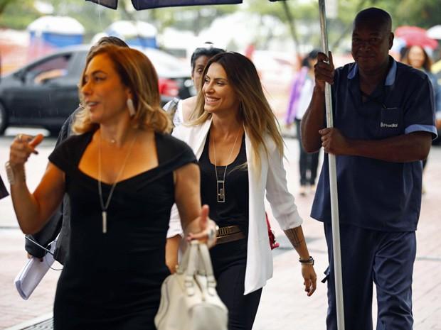 Cleo é só sorrisos durante a gravação (Foto: Salve Jorge/TV Globo)