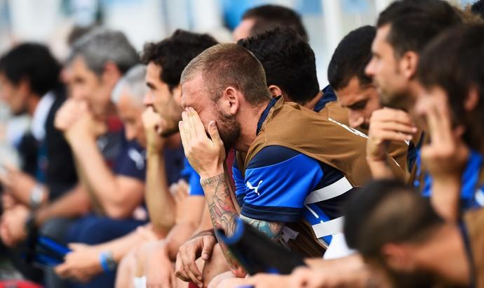 De Rossi, volante da Itália, acompanha jogo com Uruguai (Foto: Gettyimages)