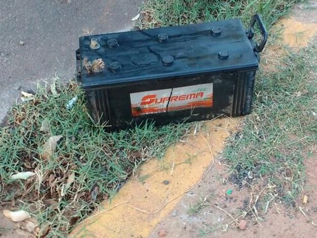 Bateria havia sido furtada de caminhão de coleta de lixo da Prefeitura de Martinópolis (Foto: Guarda Municipal/Cedida)
