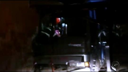 Acidente com ônibus de pacientes deixa pessoas feridas na entrada de Tupã, uma delas em estado grave