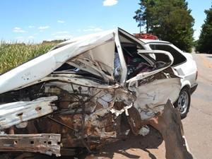 Um dos carros ficou destruído após a colisão (Foto: Clóvis Linhares/Rádio Gazeta AM 670)
