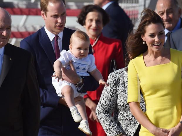 O príncipe George, o príncipe William e a duquesa Catherine desembarcam no aeroporto de Sydney para visita ao país (Foto: William West/AFP)