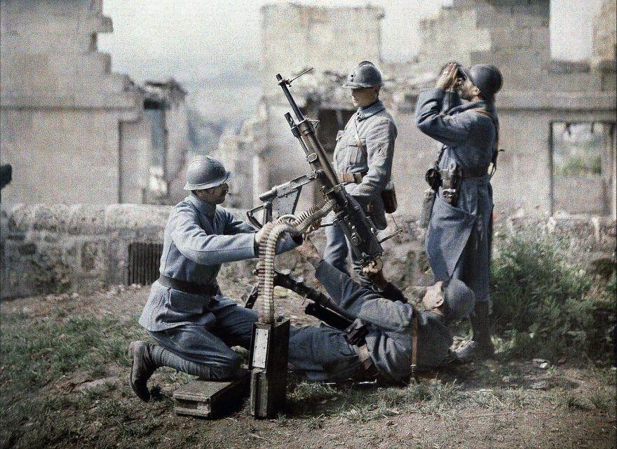 Soldados franceses operam metralhadora durante batalha da Primeira Guerra Mundial, em 1917 (FOTO: REPRODUÇÃO)