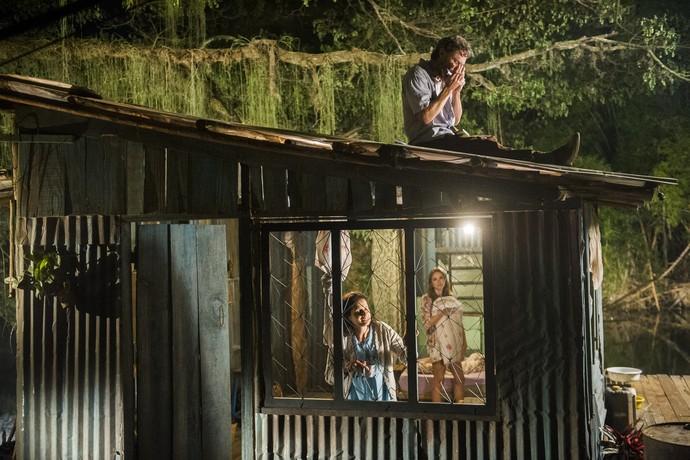 A família de Helô vive em barraco a beira de represa (Foto: João Miguel Júnior / TV Globo)