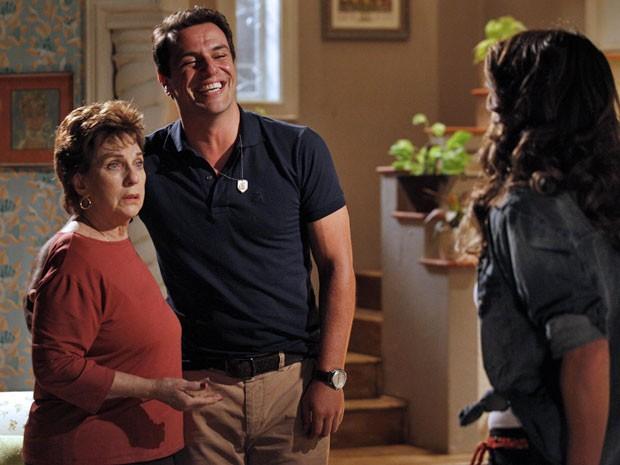 Feliz da vida, Théo comunica a mãe que vai se casar com Morena (Foto: Salve Jorge / TV Globo)