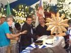Prefeito Eduardo Paes vai a velório de Marcos Falcon na Portela, no Rio