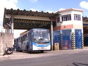 Ônibus do transporte público saem atrasados de garagem em Campinas (SP) (Foto: Reprodução/ EPTV)