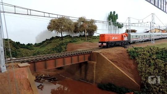 Neto de ferroviário recria em miniatura estações de trem