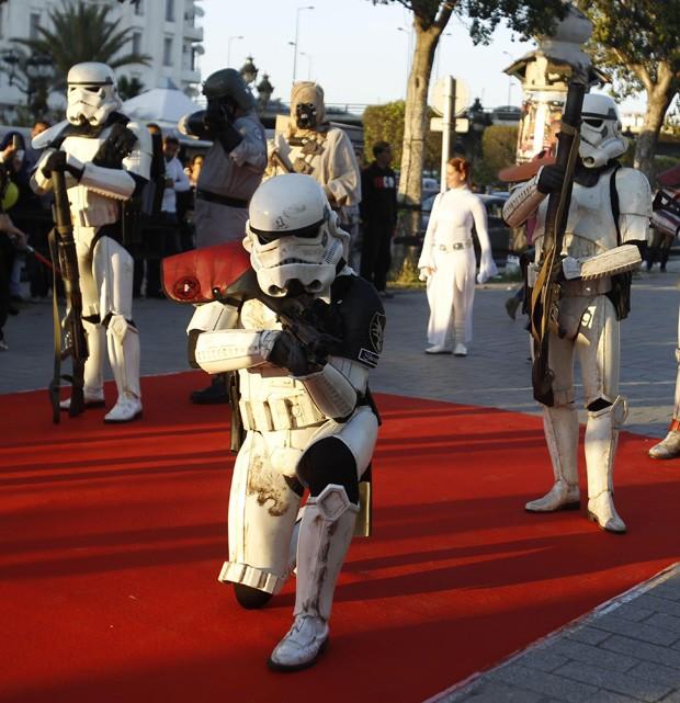 Evento turístico contou com pessoas fantasiadas como personagens da famosa franquia de George Lucas (Foto: Zoubeir Souissi/Reuters)