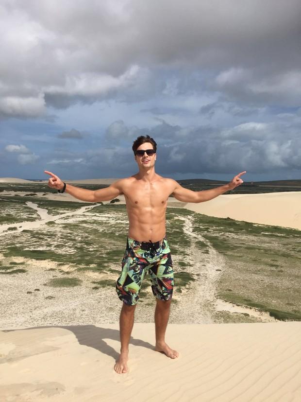 Paulo Dalagnoli posa na duna mais alta de Jericoacoara (Foto: Ego )