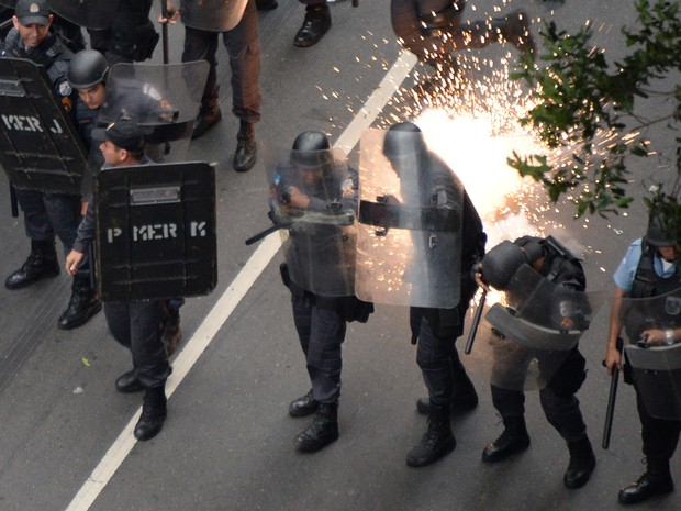 Uma bomba explodiu próximo aos policiais no centro do Rio de Janeiro (Foto: Vanderlei Almeida/AFP)