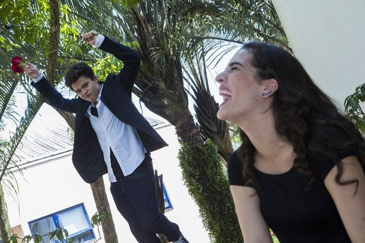 Lívian se diverte com as tentativas de Gabriel (Foto: Inácio Moraes/Gshow)
