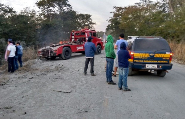 Pista segue bloqueada no km 52 da BR-153, em Porangatu, Goiás (Foto: Netto Reis/ TV Anhanguera)