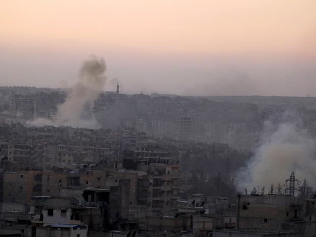 Fumaça é vista saindo do bairro Bustan al-Basha, em Aleppo, nesta quarta-feira (5) (Foto: REUTERS/Abdalrhman Ismail)