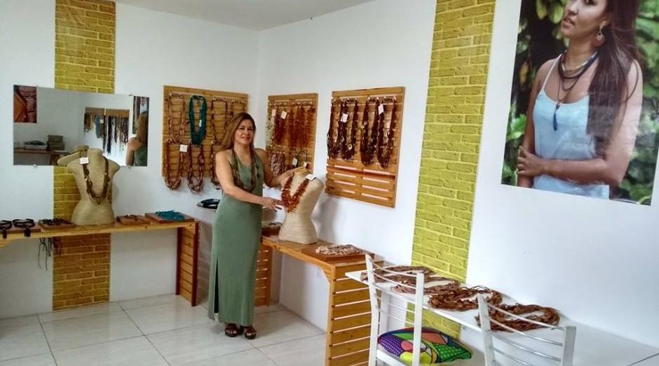 Nelly Cardozzo também trabalha com couro, fios de algodão e seda, além de tecidos variados, para produzir suas coleções (Foto: Divulgação)