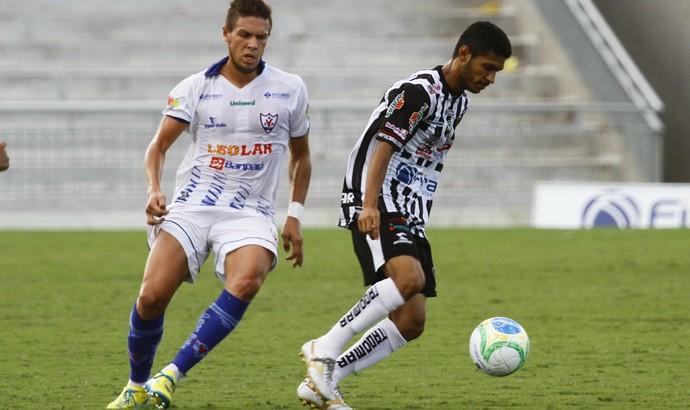 Pio, volante do Botafogo-PB, contra o Águia (Foto: Kleide Teixeira/Jornal da Paraíba)