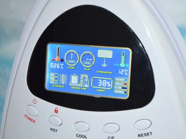 Visor de máquina que produz água indica umidade do ar (Foto: Fernando Pacífico / G1 Campinas)