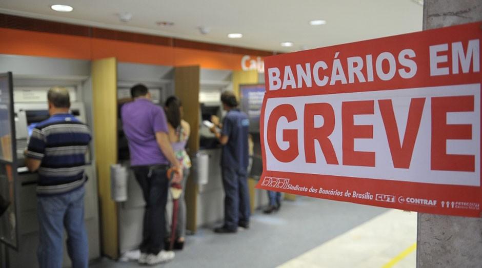 Bancários em greve: cuidado para não pagar juros (Foto: Agência Brasil)