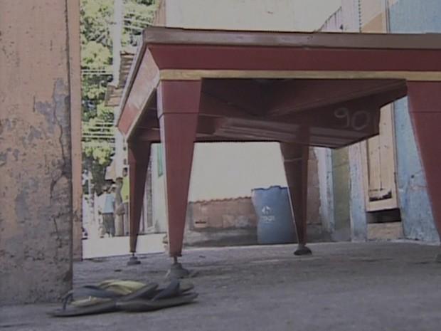 Chinelo deixado por uma das vítimas dos assassinatos. (Foto: Reprodução/ TV Globo)