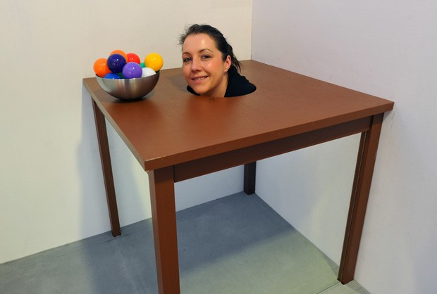 Kristin aparece 'sem corpo' durante exposição de ilusões de ótica na Alemanha (Foto: Matthias Hiekel/DPA/AFP)