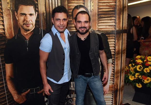 Zezé di Camargo e Luciano posam para fotos após o show (Foto: Celso Tavares / EGO)