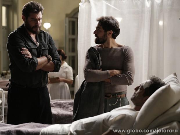 Toni jura se vingar de Ernest pelo atentado contra Mundo (Foto: Fábio Rocha/TV Globo)