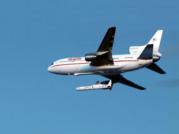 Avião leva foguete que carrega telescópio NuSTAR. (Foto: Nasa)
