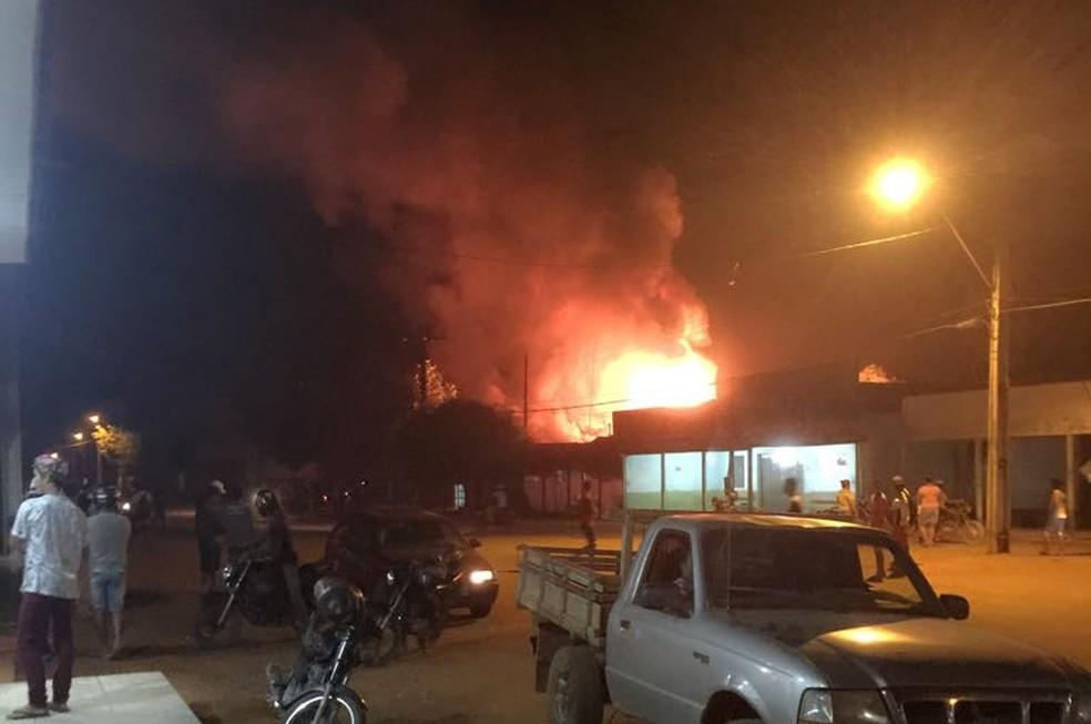 Quartel da PM do Garimpo Bom Futuro foi incendiado (Foto: Whatsapp/Reprodução)