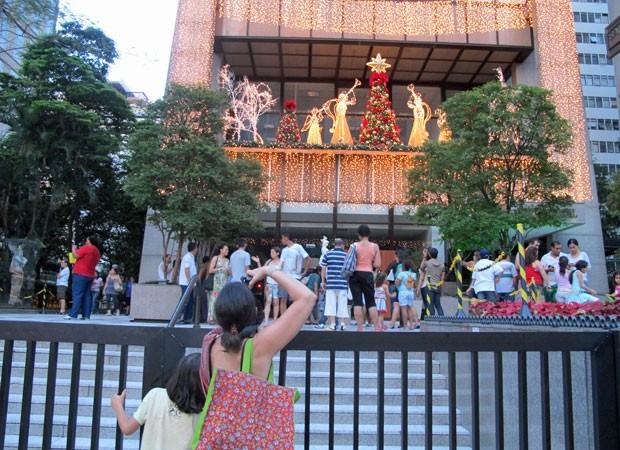 Visitantes esperam sua vez para tirar foto de decoração em estabelecimento próximo à Rua Pamplona (Foto: Rosanne D'Agostino/G1)