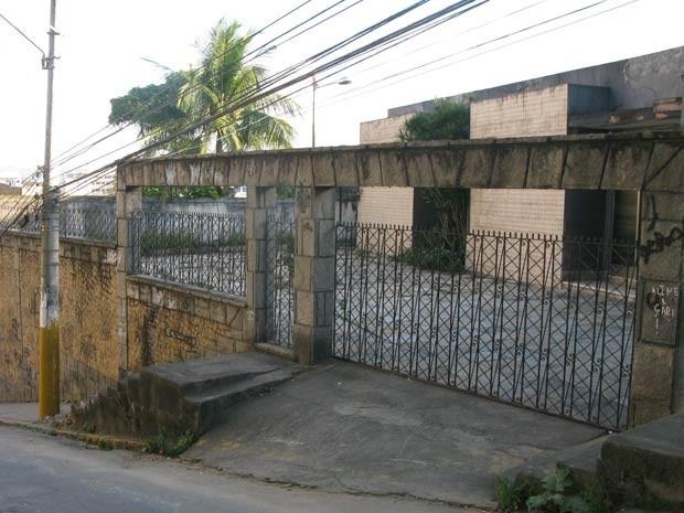 A  casa cse Selma á guardada por  um segurança (Foto: Alba Valéria Mendonça / G1)