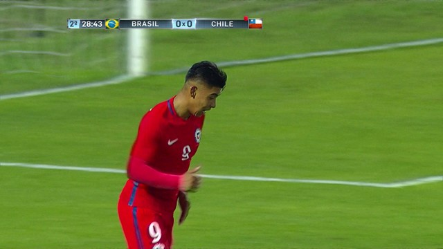 <p> Paredes recebe na área brasileira, ganha da defesa e finaliza de cabeça. Caíque aparece para fazer a defesa. <strong>O Chile, com um a menos, quase chega ao gol...</strong></p>