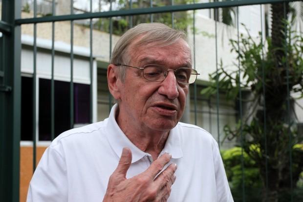 Gregório Bacic - Corpo do apresentador Antônio Abujamra deixa apartamento  (Foto: Paduardo / AgNews)