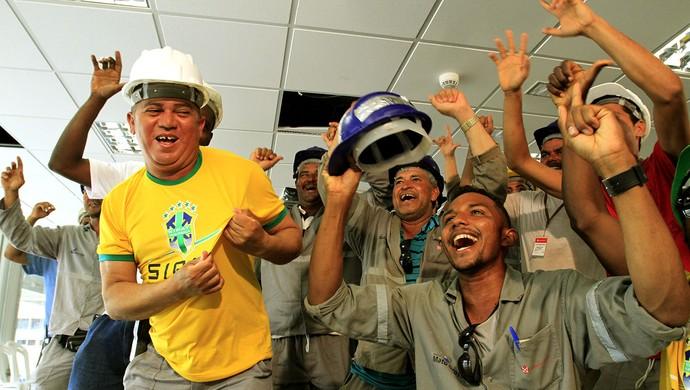 Operários da Arena Pantanal assistem o sorteio da Copa (Foto: Edson Rodrigues/Secopa-MT)